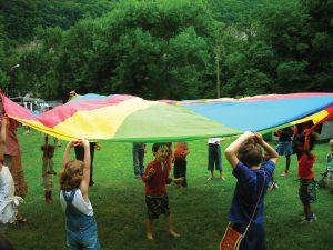 Le jeu du parachute, exemple d'un jeu de coopération Crédit photo : Mouvement pour une alternative non-violente