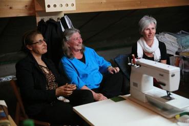 Gulschin Ibrahim, à gauche, Margrit Amstutz, et Ute Wuest font partie de groupes suisses de confection de quilts en faveur de l'œuvre d'entraide du MCC. Ces groupes qui se réunissent dans des églises mennonites accueillent toutes les personnes intéressées.