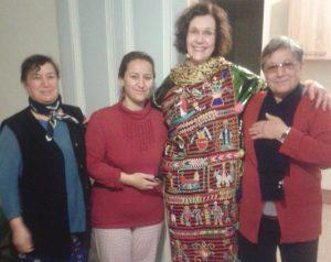 Echange de culture: une mennonite française habillée en habit traditionnel par les  « mamans» originaires de Chaldée Crédit photo: Daniel Goldschmidt