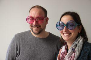Guillaume Bourin et Marie-Noëlle Yoder, intervenants contre et pour le ministère pastoral féminin, avec des lunettes d'interprétation « croisées » pour la photo.Photo : Rachel Goldschmidt